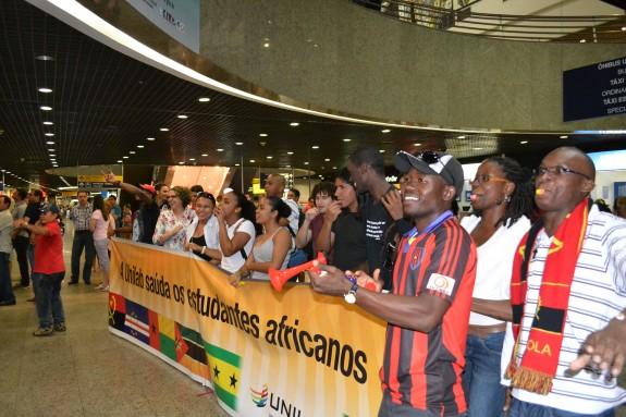 Aeroporto Luanda Chegadas : Veteranos recebem com festa no aeroporto novos alunos da