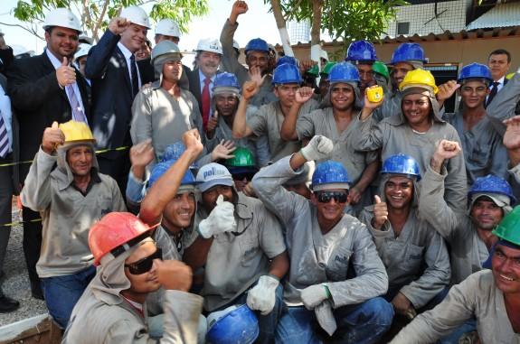 Comitiva fala com trabalhadores das obras