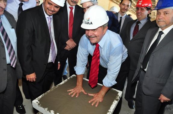 Lula deixa impressões em placa