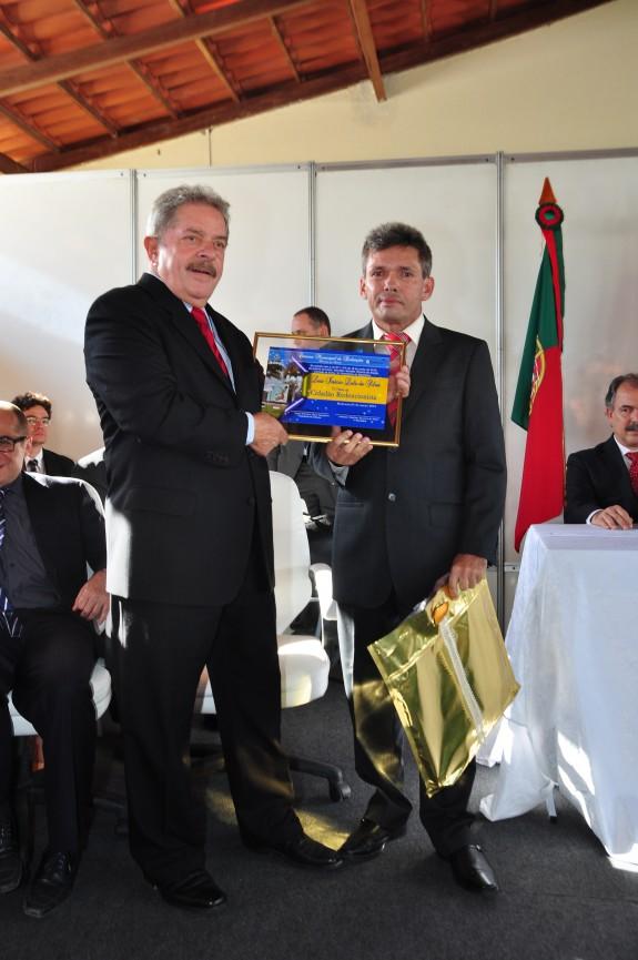 Prefeito de Redenção, Manuel Bandeira, entrega título para Lula