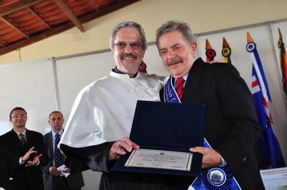 Reitor Paulo Speller entregou o título Doutor Honoris Causa ao ex-presidente Lula