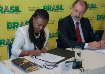 Ao lado do ministro Aloizio Mercadante, Nilma Lino Gomes assina o termo de posse (Foto: Letícia Verdi/MEC)