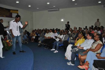 Declamação de poesias foi feita pelo estudante angolano, Fernando Kaiav.