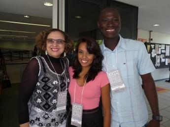 Profa. Jacqueline Freire, Mabrysa Torres e Faustino Manuel Rodrigues (alunos da Unilab)