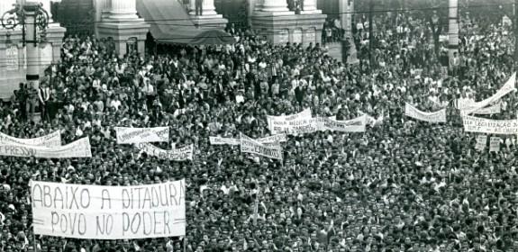 Fotografia de Evandro Teixeira da Passeata dos 100 mil em 1968, no Rio de Janeiro.