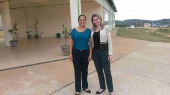 Rafaella Moreira ao lado da coordenadora do curso de Medicina, Sheyla Ribeiro Martins, da Universidade Federal dos Vales do Jequitinhonha.