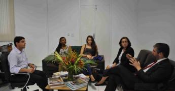 Reitora Nilma Gomes se reúne com membros da comitiva da União Europeia