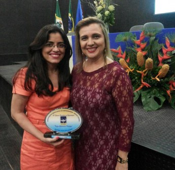 Pró-reitora de Graduação, Andrea Linard, recebe homenagem da Associação Brasileira de Enfermagem (Aben).