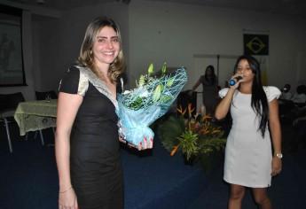 Coordenadora do curso é homenageada por alunos.