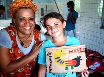 Artista misa ao lado de uma das participantes da oficina no Cras de Redenção.