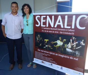 Estudantes do curso de Humanidades, Hermeson Freitas da Silva, e a professora Denise Rocha.