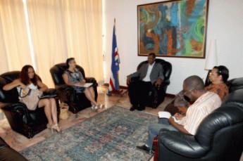 Presidente da Comissão Permanente da Comissão Nacional para as Línguas, Amália Lopes, se reúne com o presidente do Parlamento de Cabo Verde, Basílio Ramos.