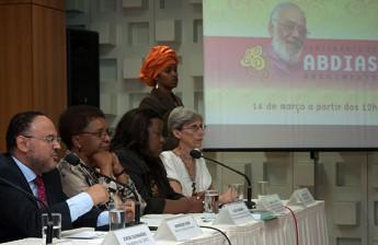 Os ministros Paim e Luiza Barros, a secretária Macaé Evaristo e diretora da Ipeafro, Elisa Larkin Nascimento, durante o lançamento da chamada pública (Foto: João Neto/MEC).