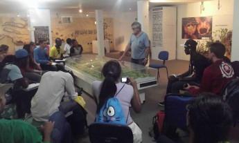Professor Idalécio de Freitas dá uma palestra sobre a Chapada do Araripe.