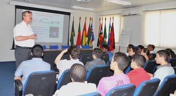 Professor Axel Pelster, da Universidade Técnica de Kaiserslautern, na Alemanha, mini9stra palestra na Unilab.