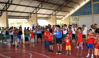 Atividade de alongamento foi realizada na quadra da Escola Dr. Brunilo Jacó.