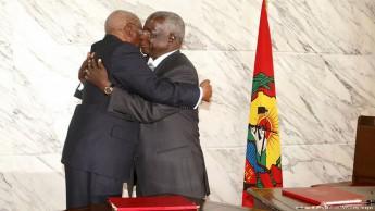 Presidente moçambicano, Armando Guebuza (esq.), e líder da RENAMO, Afonso Dhlakama, abraçaram-se depois da assinatura do acordo de paz.