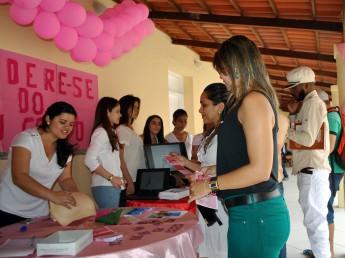 Equipe tira dúvidas do público sobre câncer de mama e de colo do útero.