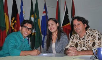 Servidor em TI, Jackson Uchoa, tomando posse com a coordenadora da Cogep, Adriana Melo e com o vice-reitor, prof. Fernando Afonso