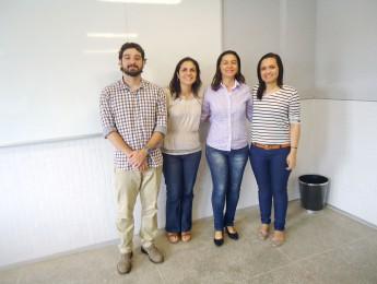 A graduanda Vanessa Amorim da Silva, junto com a banca que avaliou o trabalho.