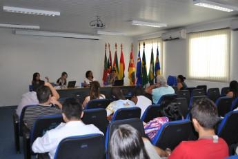 O fechamento da visita ocorreu no auditório, com a participação de diretores de institutos, coordenadores de cursos e estudantes.