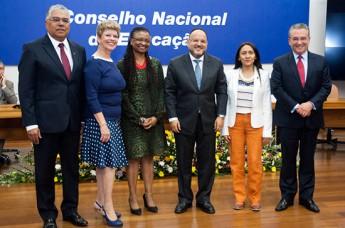 Henrique Paim, Ministro da Educação, juntamente com os empossados. (Foto Isabelle Araújo-MEC)