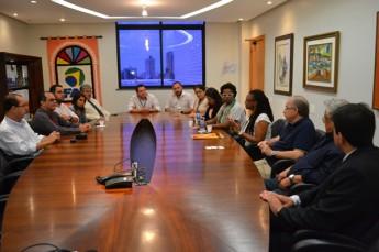 Os diretores das instituições se reúnem durante a assinatura do contrato (Foto: Sarah Veloso)