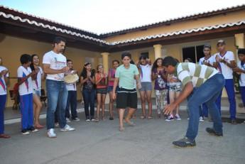 Contramestre Edcardo Oliveira Martins, da Fundação Axé-Dendê (à esquerda) e alunos.