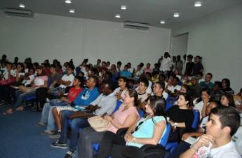 Plateia lotou o Anfiteatro para palestra sobre Física