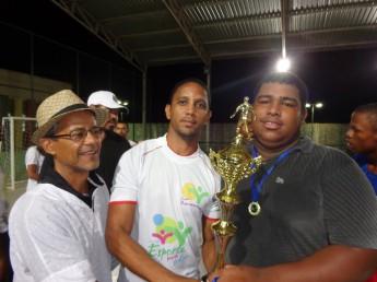 O time de futsal campeão, Esporte Clube Juventude, recebe a taça.
