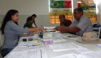 Em destaque: A pedagoga Joseane Costa realizando a pré-matrícula do estudante Hélio José Filho
