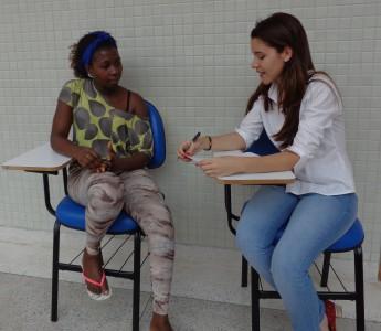 Enfermeira Nila Larisse avaliando estudante