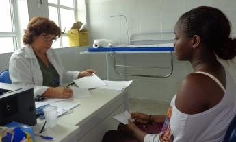 Médica Iskra Bael avaliando estudante