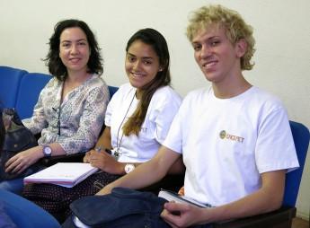 Professora Léia Menezes, tutora do PETHL, com estudantes bolsistas