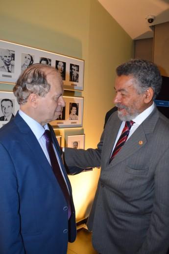 O novo ministro de Educação, Renato Janine (à esquerda), cumprimentado pelo reitor da Unilab, Tomaz Mota Santos.