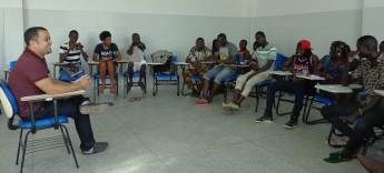 Estudantes de Guiné-Bissau com o psicólogo da Unilab, Dilson Gonçalves