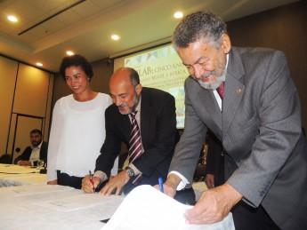 Secretária da Sepromi, Vera Lúcia Barbosa; deputado estadual, Bira Coroa; e o reitor, professor Tomaz Aroldo Santos, assinando o Termo de Cooperação