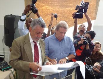 Reitor Tomaz Mota e Antônio Carlos Pedreira assinando a ordem de serviço