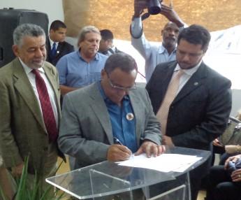 Prefeito Evandro Almeida assinando o Alvará de Licença
