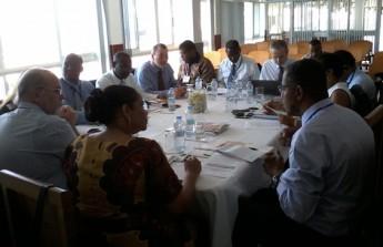 O professor Edson Borges (primeiro à direita, ao lado da Reitora da Uni-CV, Judite Nascimento), faz suas observações e sugestões sobre o Relatório de Atividades 2015 da AULP.