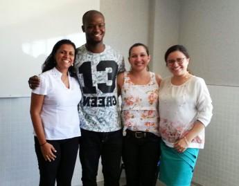 O estudante Pereira Domingos ao lado da orientadora Lívia Dias (à direita) e das professoras que fizeram parte da banca examinadora.