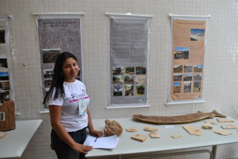 A estudante Márcia Rodrigues, do curso de Biológicas, apresenta os fósseis descobertos durante disciplina. Foto: Assecom/Unilab.