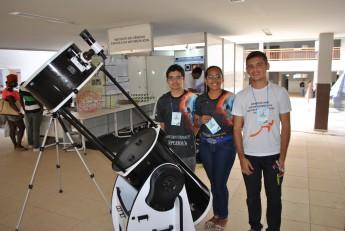 Estudantes do Curso de Ciências da Natureza e Matemática com o telescópio Newtoniano, com montagem Dobsoniana.