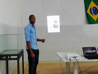 Estudante Danilson da Veiga apresentando sua pesquisa