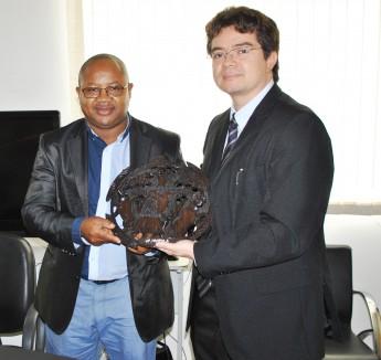 Coordenador do Projeto de História da Escravatura da Ilha de Moçambique, Mário Brito, e o vice-reitor da Unilab, Aristeu Rosendo.