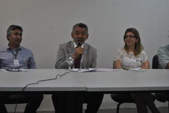 """O reitor da Unilab, Tomaz Aroldo Santos, participou da mesa de abertura. Ele analisou a ocorrência da violência doméstica no Brasil e pediu aos homens: """"Sejamos mais livres de nossos próprios preconceitos"""". Foto: Assecom/Unilab."""