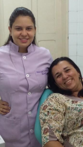 Odontóloga Deborah Cavalcante com a primeira estudante atendida, Valdélia de Freitas, graduanda em História.