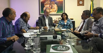 Reunião do reitor Tomaz Aroldo Santos com secretário de Ciência e Tecnologia, Inácio Arruda e prefeito de Barreira (Foto: Chico Gomes)