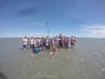 Durante aula de campo alunos visitam um cultivo de algas que fica localizado à 1800 metros mar adentro.