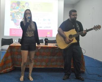 A estudante de Licenciatura em Física, Mazé Galvão, acompanhada pelo violinista Mateus, soltou a voz e animou o público.